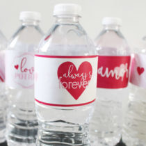 Free printable Valentine bottle labels. An easy way to dress up water bottles at a Valentines Party! Would even be cute as Valentine gifts... she has matching Valentine party printables as well. Definitely PINNING!